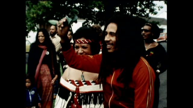 stockvideo's en b-roll-footage met bob marley receiving wero challenge at māori powhiri in 1979 during visit to new zealand and responding with praise to rastafari - bob marley musician