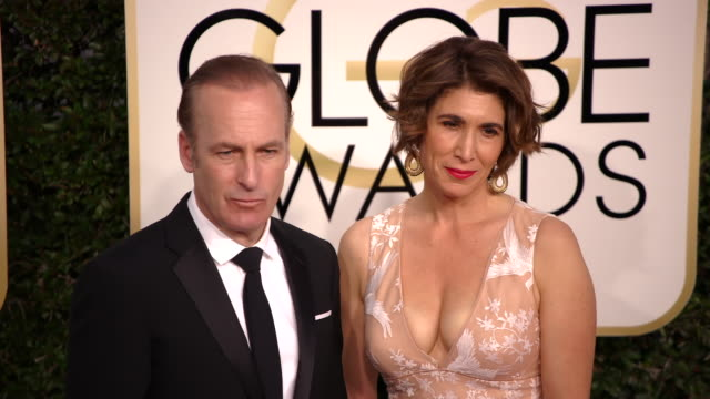 bob odenkirk and naomi odenkirk the 74th annual golden globe awards arrivals at the beverly hilton hotel on january 08 2017 in beverly hills... - ビバリーヒルトンホテル点の映像素材/bロール
