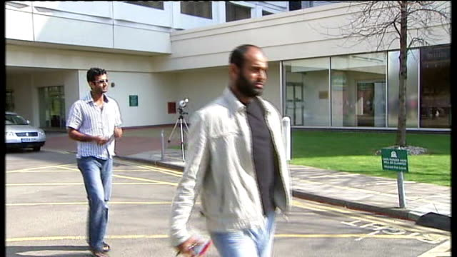vidéos et rushes de police studying hotel cctv images england middlesex heathrow airport holiday inn hotel ext members of pakistan cricket team along from hotel... - antilles occidentales