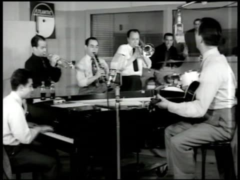 vidéos et rushes de bobby hackett cornet peanuts hucko clarinet amp will bradley trombone playing in recording studio vs eddie condon on guitar hucko cu joe bushkin piano - 1947