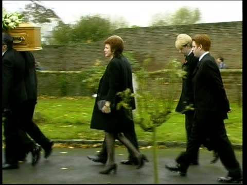vídeos y material grabado en eventos de stock de bobby willis funeral; itn england: buckinghamshire: denham: ext coffin of bobby willis carried along with cilla black and son robert following behind... - dale winton
