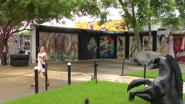 vídeos y material grabado en eventos de stock de bodegas de fabricas sin ventanas en el que alguna vez fuera el sombrio distrito de wynwood en miami se convirtieron en lugares donde artistas incluso... - llevar