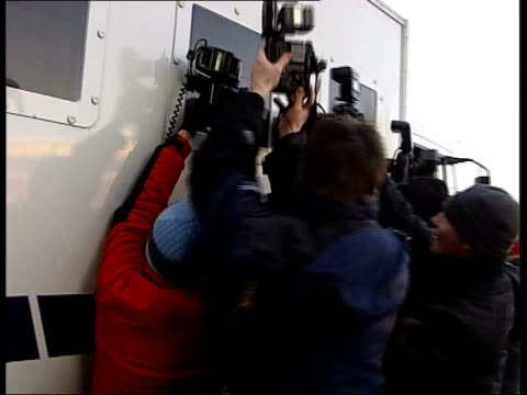 vidéos et rushes de bodies in bags murders: hardy appears in court; itn hendon: photographers taking pictures thru blacked out window of prison van cf = d0511896 or... - blacked