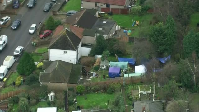 bodies of former eastenders actress sian blake and sons found by police air view police tents in garden of house where bodies discovered forensic... - イーストエンダーズ点の映像素材/bロール