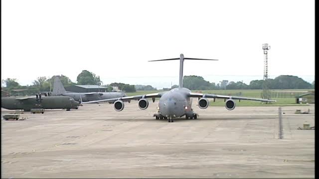 stockvideo's en b-roll-footage met bodies of three british soldiers repatriated; england: wiltshire: raf lyneham: ext royal air force plane on runway - repatriëring