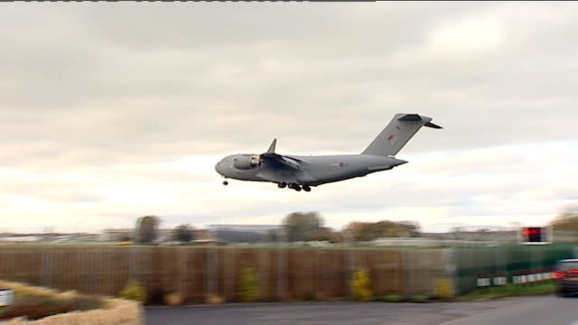 stockvideo's en b-roll-footage met bodies of two british soldiers repatriated; england: oxfordshire: raf brize norton: ext raf globemaster iii strategic transport aircraft lands at raf... - repatriëring