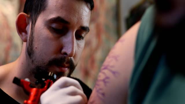 vídeos y material grabado en eventos de stock de arte corporal en el estudio de tatuaje - articulación humana