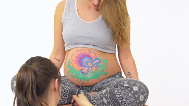stockvideo's en b-roll-footage met body art on the belly of pregnant woman - menselijke arm