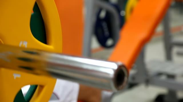 stockvideo's en b-roll-footage met body builder - bench press - gewicht meeteenheid