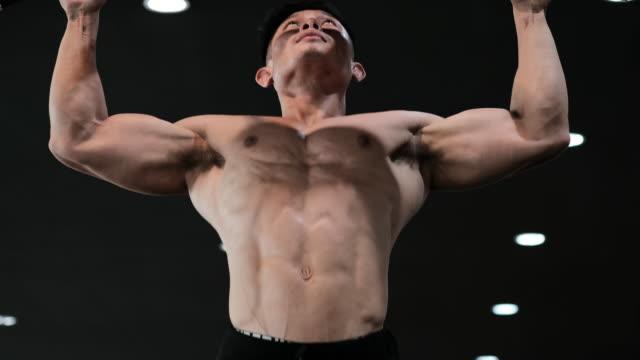 bodybuilder - kinn hoch - menschlicher muskel stock-videos und b-roll-filmmaterial