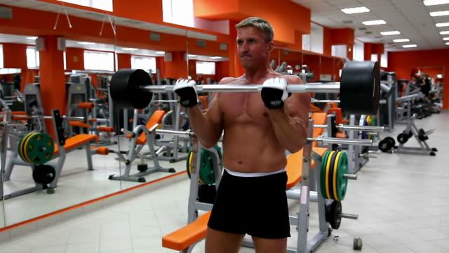 vídeos y material grabado en eventos de stock de cuerpo builder ¿biceps flexión - press de banca