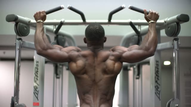 stockvideo's en b-roll-footage met a body builder in the gym doing chin ups. - zwaar