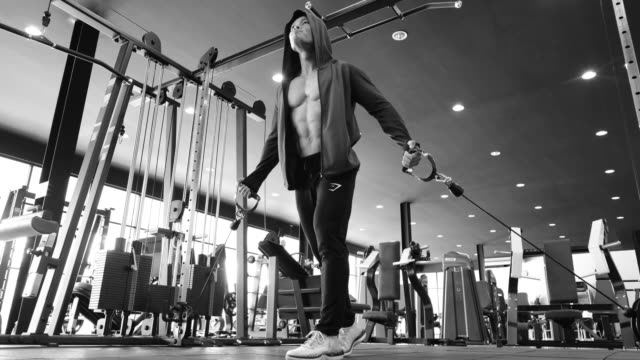bodybuilder trainiert - menschliche gliedmaßen stock-videos und b-roll-filmmaterial