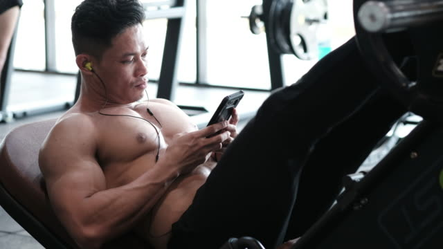 vídeos de stock, filmes e b-roll de o construtor de corpo é exercício do pé - braço humano