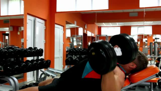 Body builder's Training mit Hantel