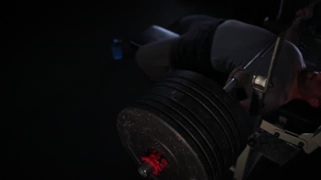 vídeos de stock, filmes e b-roll de edifício de corpo na ginástica - músculo humano
