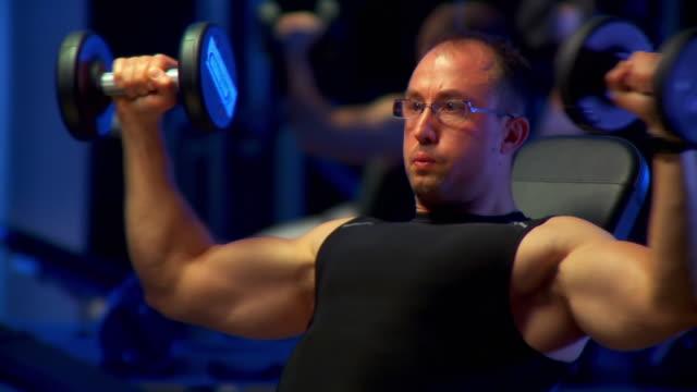 hd: body building - body abbigliamento sportivo video stock e b–roll