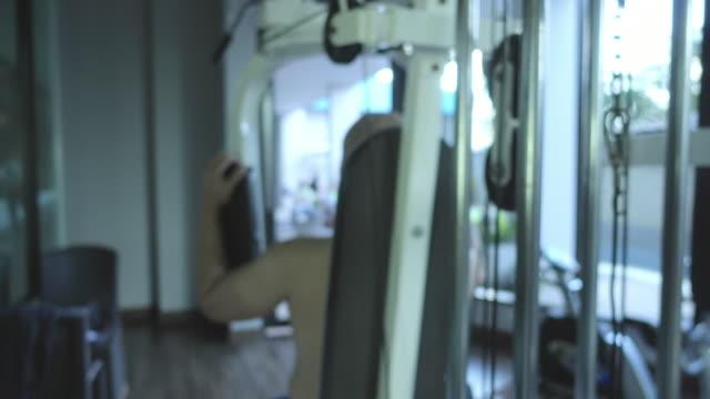 stockvideo's en b-roll-footage met bouw van het lichaam - grote borstspier