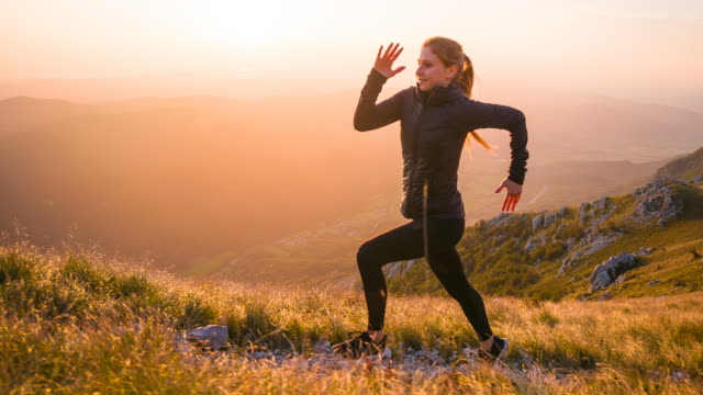 vídeos de stock e filmes b-roll de body conscious woman jogging in nature to get some fresh air - correr