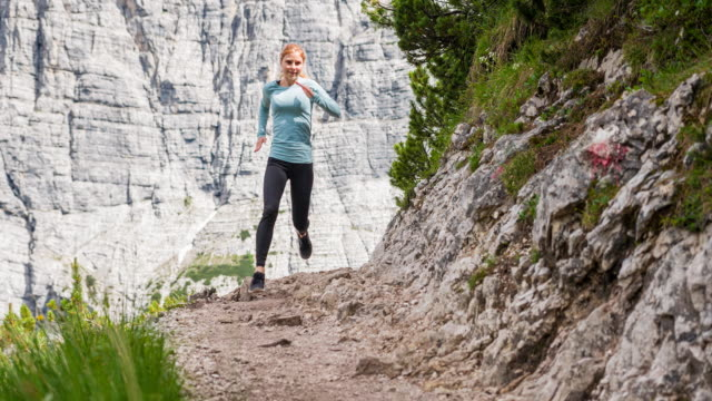 Körper modebewusste Frau, die off-Road auf Bergwegen