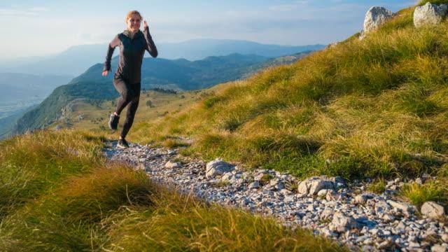 körper bewusst frau bleiben fit, joggen in der natur - sportlerin stock-videos und b-roll-filmmaterial