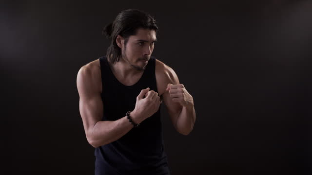 vídeos de stock, filmes e b-roll de body fit man on a black background - posição de combate