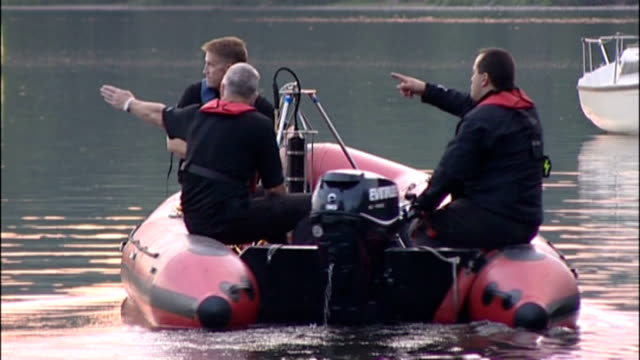 body found in lake believed to be that of missing canoeist england cumbria ullswater police officer standing by lake rescue workers in motorised... - seeufer stock-videos und b-roll-filmmaterial