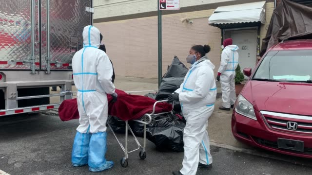 body is moved on the street outside the andrew cleckley funeral home on april 30, 2020 in the brooklyn borough of new york city. dozens of bodies... - the human body stock videos & royalty-free footage