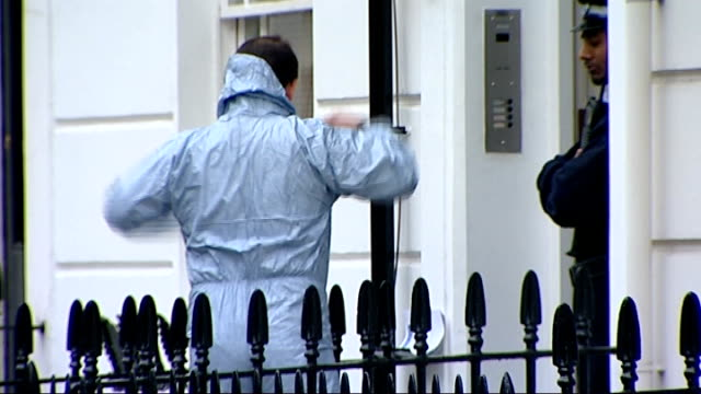 vidéos et rushes de body of british spy found in london flat; england: london: pimlico: alderney street: reporter to camera investigating officer wearing blue overalls... - curiosité