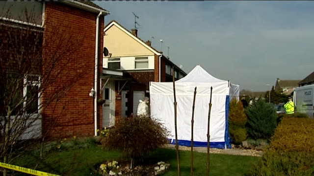 vidéos et rushes de body of missing woman sian o'callaghan found by police police vans in road and crime scene tent behind cordon outside property white police... - salopette