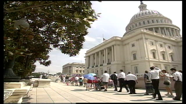 body of ronald reagan lies in state; itn usa: washington: ext bv people queuing to view the coffin of former president ronald reagan as he lies in... - 正装安置点の映像素材/bロール