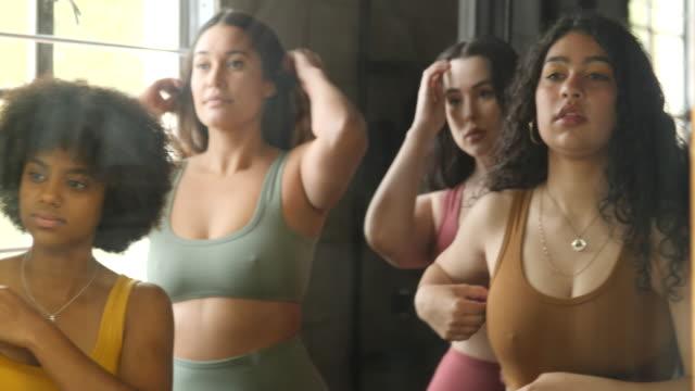 vidéos et rushes de modèles positifs pour le corps se préparant dans un vestiaire - lingerie féminine