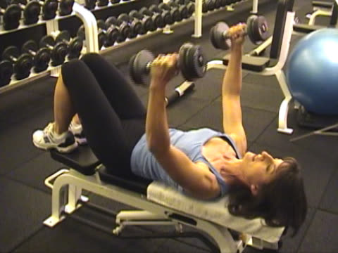 stockvideo's en b-roll-footage met body sculpting and weight training - vrijetijdsfaciliteiten