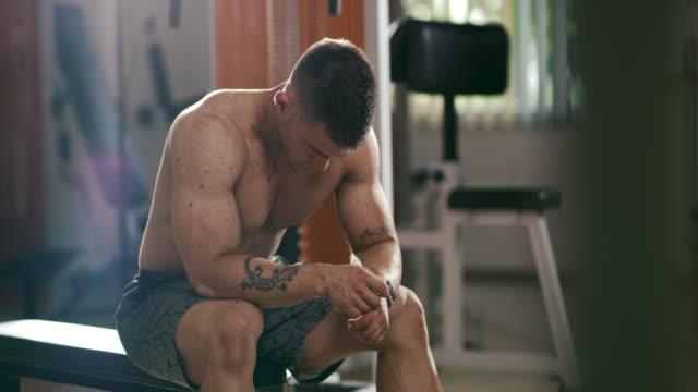 vidéos et rushes de slo mo bodybuilder reprendre son souffle - entraînement croisé