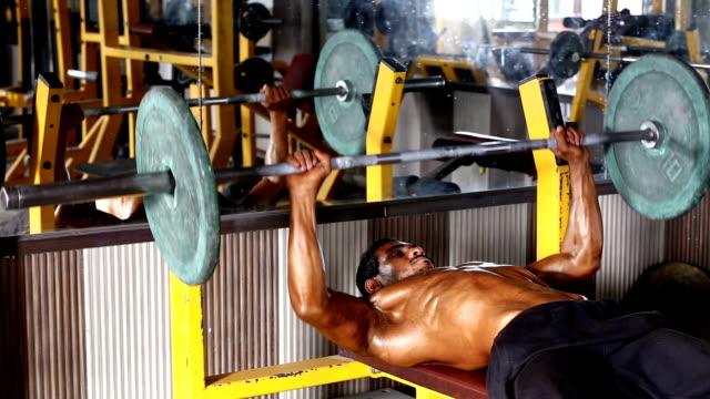 Bodybuilder ジムでのエクササイズがベンチプレス