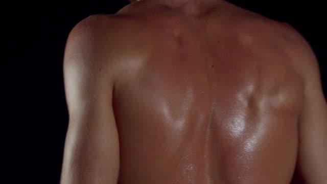Bodybuilder training dorsal.