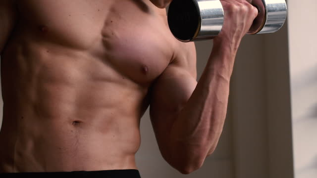 bodybuilder using free weights - a petto nudo video stock e b–roll