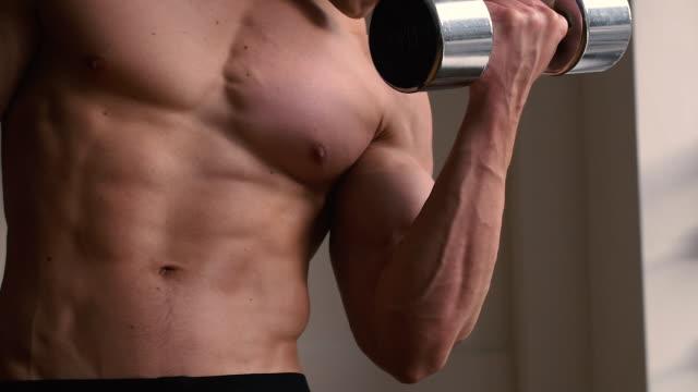Bodybuilder använder fria vikter