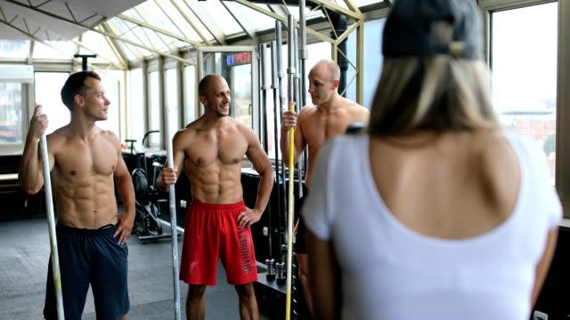 Bodybuilder in der Turnhalle zu einem Fotografen posiert