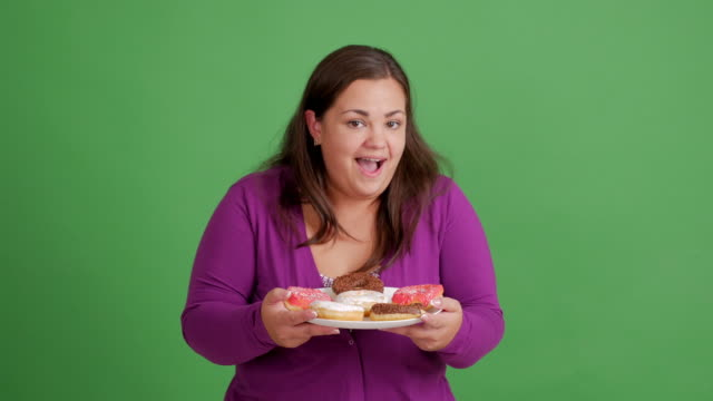 vidéos et rushes de femmes infectées par corps. fille jolie épaisse avec beignets - alimentation lourde