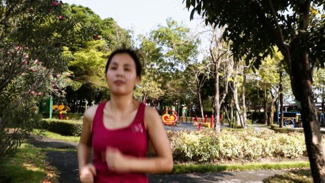 体陽性の女性 - ランニングショートパンツ点の映像素材/bロール
