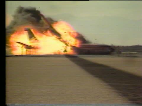 vídeos de stock e filmes b-roll de boeing 707 airplane crashing exploding on landing - acidente de avião