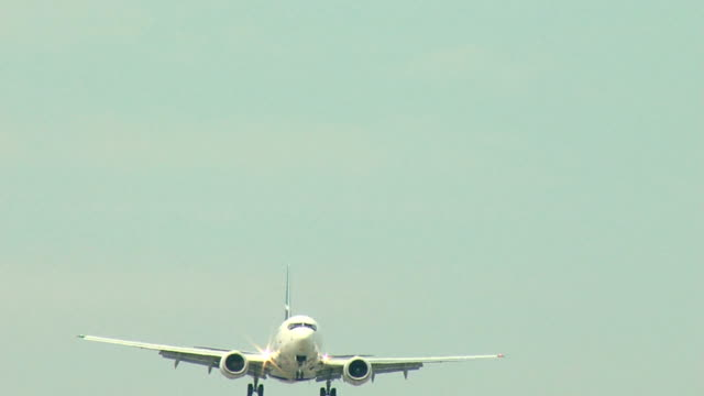 boeing 737 airplane final seq - boeing 737 stock videos & royalty-free footage