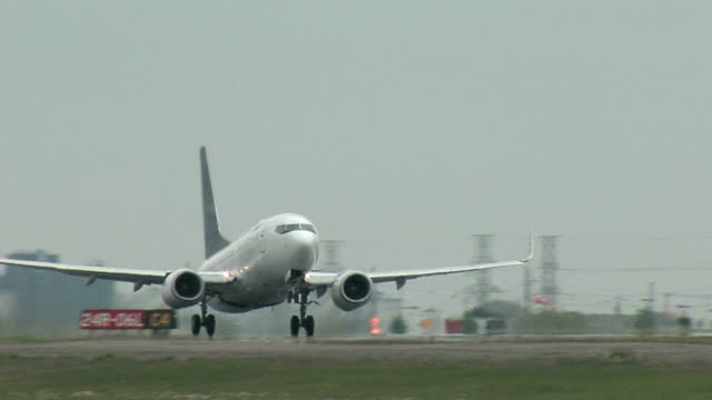 stockvideo's en b-roll-footage met boeing 737 airplane taking off - taking off