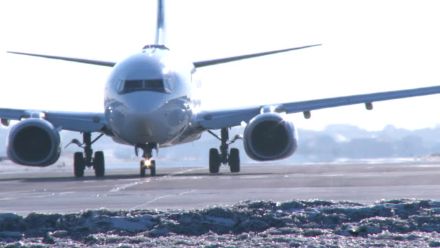 boeing 737 airplane cu taxiing in winter - boeing 737 stock videos & royalty-free footage