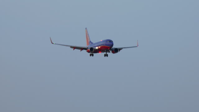 vidéos et rushes de a boeing 737 descends toward las vegas, nevada. - comté de clark nevada