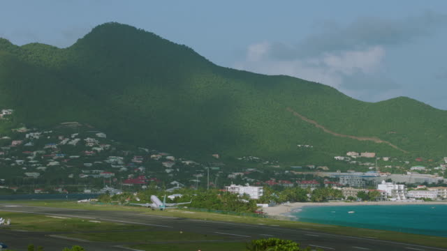 ws pan boeing 737 taking off from sxm / st. maarten - boeing 737 stock-videos und b-roll-filmmaterial