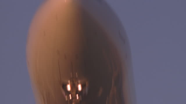 boeing 737 tight over camera - boeing 737 stock-videos und b-roll-filmmaterial