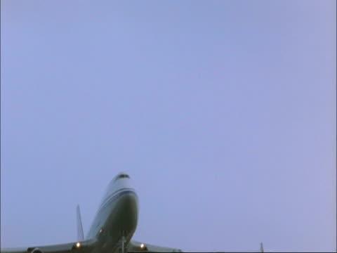 boeing 747 jumbo jet flies overhead wheels down ready to land, england, uk - landefahrwerk stock-videos und b-roll-filmmaterial