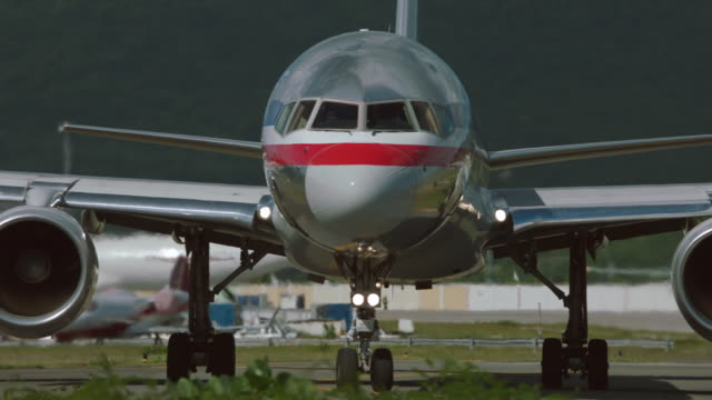ms boeing 757 taxiing at sxm / st. maarten - taxiway stock-videos und b-roll-filmmaterial